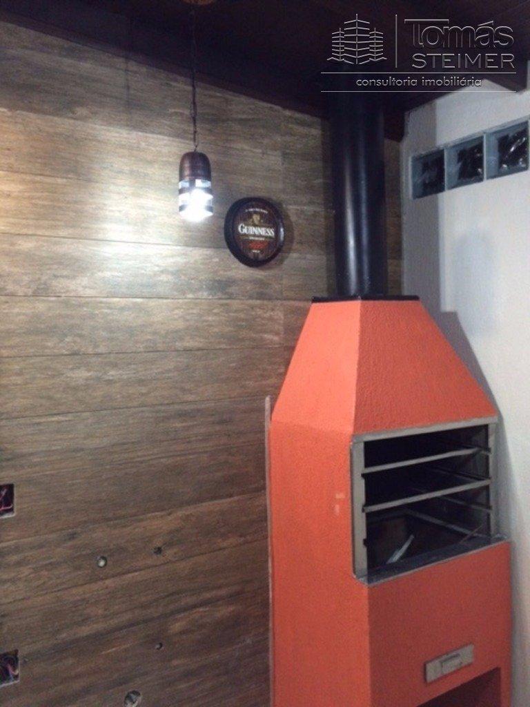 Casa de 3 dormitórios, living para 2 ambiantes em porcelanato, cozinha americana, lavabo, espaço com churrasqueira, 88m de área privativa, 2 vagas de garagem, muito bem localizado pertinho do novo Shopping de Canoas.