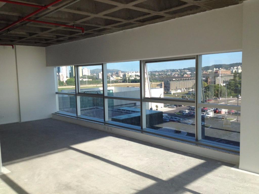 Sala de esquina em andar médio  com vista para o Rio  Guaíba e para o Jockey club. Ventilação cruzada e banheiro.