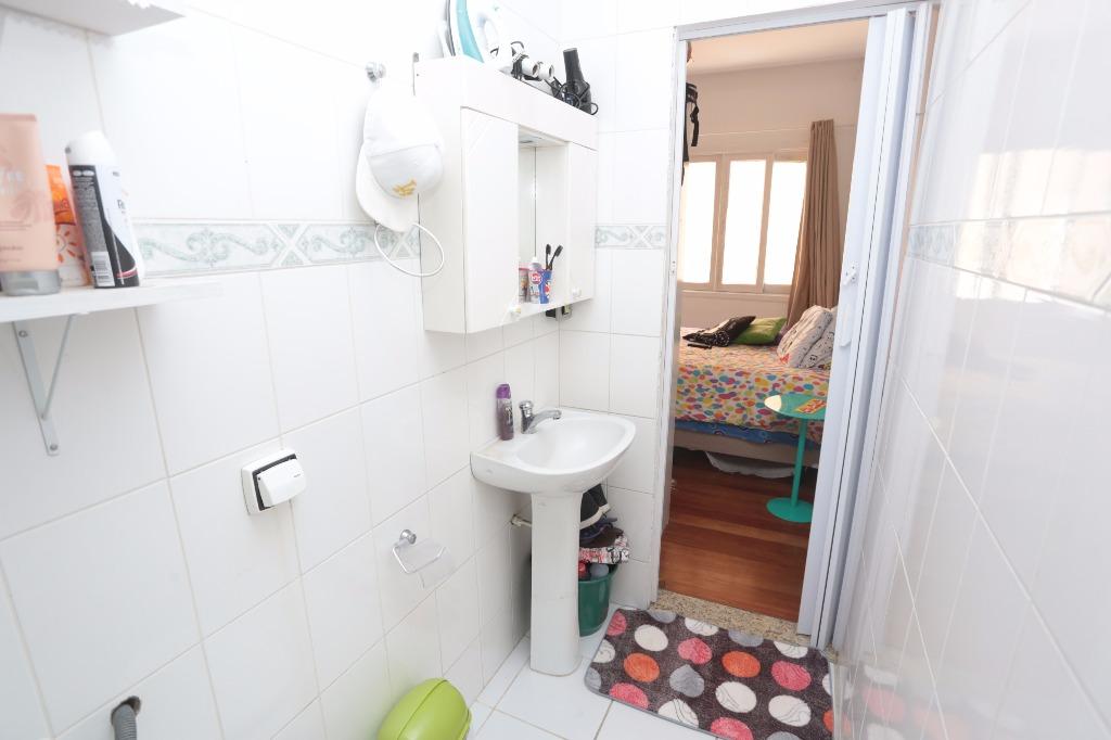 Apartamento de 1 dormitório, reformado e com excelente localização: Próximo ao Hospital Moinhos de Vento, do Zafari da Cristóvão e do Shopping Total. Transporte público de fácil acesso e todas as conveniências do bairro.