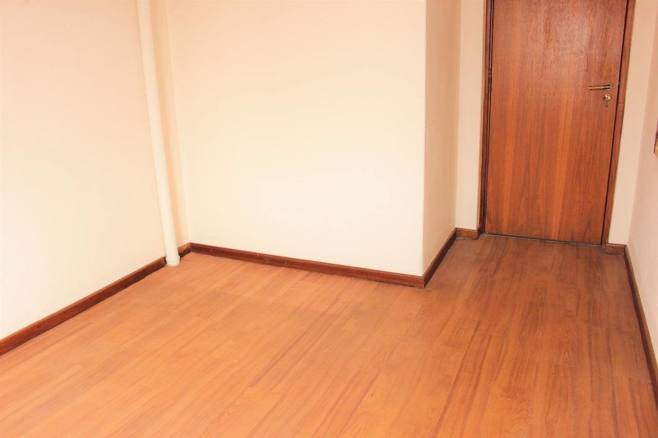 Cobertura de quatro dormitórios, sendo um deles suíte com banheira de hidromassagem e duas vagas na garagem no bairro Bela Vista em Porto Alegre. Na parte de baixo dois dormitórios, um deles suíte, banheiro social azulejado e com box de vidro temperado, living para três ambientes com duas sacadas, uma fechada e outra aberta, cozinha, área de serviço e banheiro auxiliar. Possui piso laminado na sala e dormitórios; cerâmico na cozinha e saladas. Na parte de cima possui dois dormitórios, banheiro completo, living para dois ambientes com churrasqueira, lareira e terraço com piscina. Orientação solar leste, Norte e Oeste.  Cobertura ensolarada e arejada. Prédio com elevador, salão de festas com churrasqueira, gás central, jardim e gradil. Excelente oportunidade para quem deseja morar junto ao Parcão.   O proprietário estuda receber um imóvel de menor valor em bairros próximos a este.