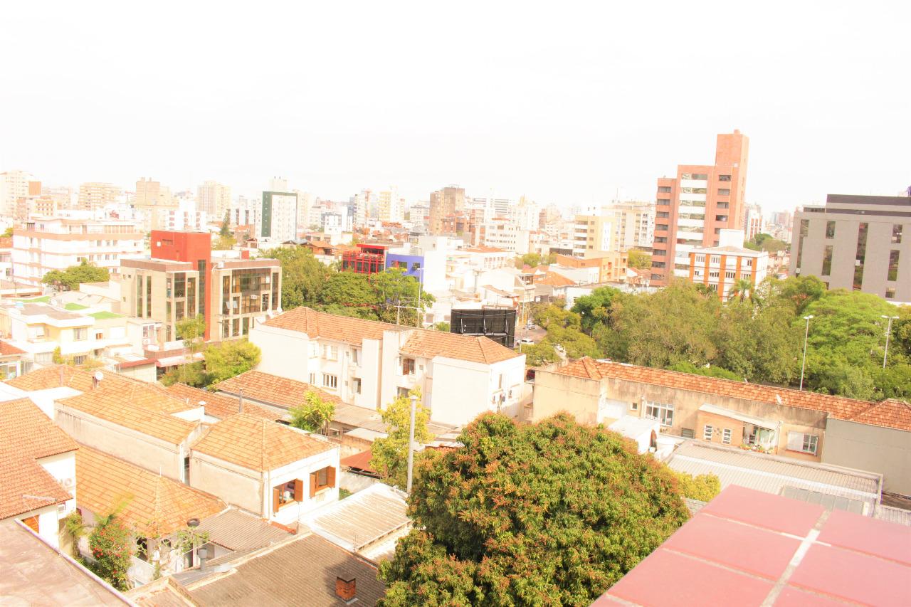 Cobertura de quatro dormitórios, dois deles suíte e uma vaga de garagem no bairro Bela Vista em Porto Alegre. Na parte de baixo living para dois ambientes, dormitórios, cozinha e área de serviço. Na parte de cima, dois dormitórios, churrasqueira e pátio. O proprietário estuda receber um imóvel de menor valor em bairros próximos a este.