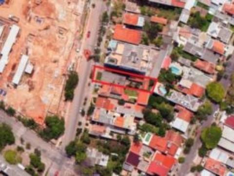 Terreno para construção, com uma casa antiga que pode ser reformada. Dimensões: 9,9m de frente com 43m de frente a fundos pelo lado direito e 41m80 pelo lado esquerdo. Em excelente localização!!!