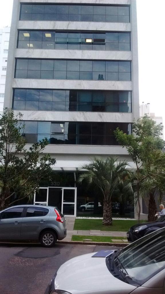 Bela sala comercial , no Petrópolis, localizada entre a Av Protásio Alves e a Nilo Peçanha, andar alto com vista perene. Prédio novo, com portaria, circuito interno de câmeras  , sala de reunião e eventos,  e uma vaga escriturada.