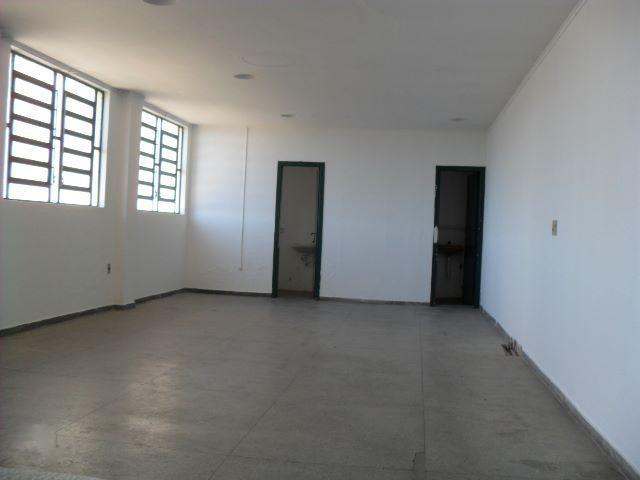 Excelente loja térrea, com 200m de área útil, sendo 120 m de loja térrea mais 80 metros de subsolo, com 02 banheiros, e 02 estacionamento em frente da loja, Ótima localização na Av Protásio Alves.