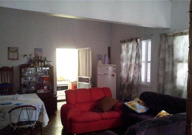 Casa ampla com 05 dormitórios, 02 pisos, 03 vagas de garagem. Boa localização.