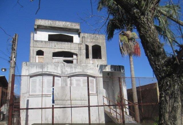 Na Enrico Caruso, terreno 10x30, prédio em construção.