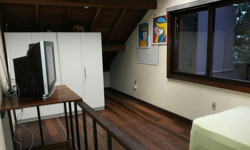 Casa com 200m de ária construída na zona norte de Porto Alegre. Toda reformada e amplo espaço. Com 3 dormitórios, 1 suíte, lavabo, área de serviço, lavanderia, churrasqueira, sobrado nos fundos.Vale conferir.