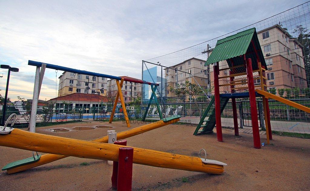 Apartamento de 2 dormitórios e 1 vaga (n 151) em condomínio com infraestrutura completa: salão de festas com churrasqueira, playground, piscina. Apartamento em piso porcelanato.