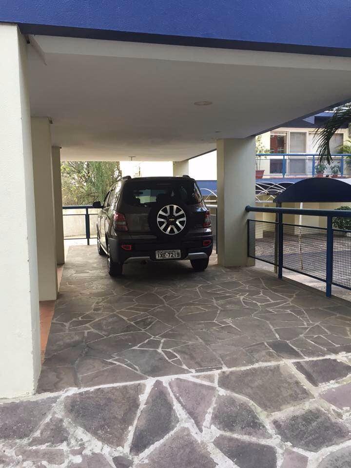 Apartamento no  bairro Tristeza, próximo a Wenceslau Escobar. Com 3 dormitórios sendo 1 suíte, living para 2 ambientes, ambientes, banheiro, cozinha, área de serviço, dependência da empregada e  2 vagas de garagem. Condomínio com a infraestrutura completa.