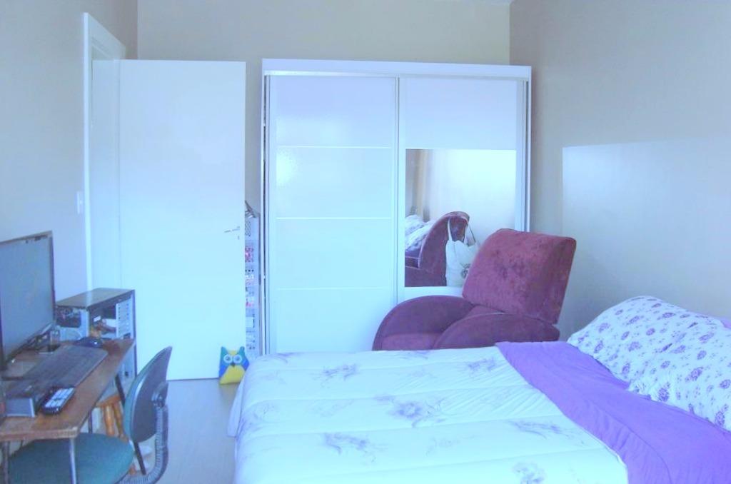 Apartamento no bairro Cristo Redentor, Porto Alegre, próximo ao hospital, com 02 dormitórios (01 com sacada), hall de entrada, sala, cozinha, área de serviço e banheiro social.  Bem iluminado e ventilado. Todo reformado. Condomínio sem infra.