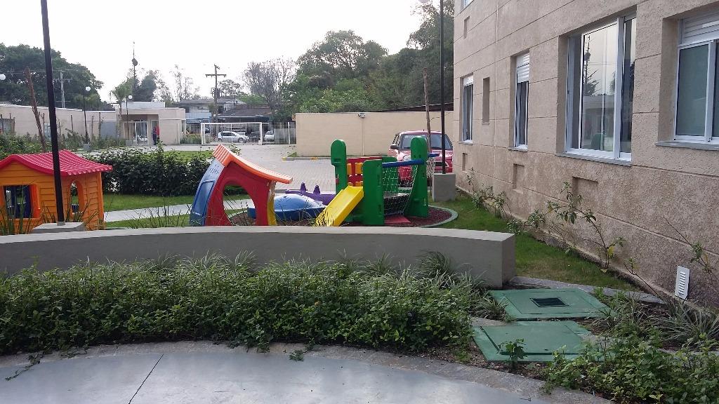 Apartamento no bairro Cavalhada, zona sul de Porto Alegre, 2 dormitórios, living, cozinha com área de serviço, gás central, banheiro social, andar alto, 1 vaga escriturada, condomínio com infraestrutura de clube, com piscina adulto e infantil, deck molhado, salão de festas adulto e infantil, quadra poliesportiva, playground e muito mais. Localizado na Av Juca Batista, 900m da orla de Ipanema.