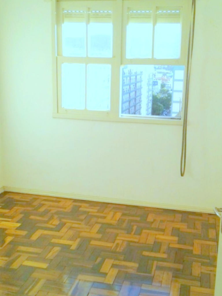 Apartamento com 3 dormitórios no bairro Petrópolis, próximo a Rua Guilherme Alves.Com living ambiente, cozinha, banheiro, área de serviço e 1 vaga de garagem rotativa. Condomínio com churrasqueira, salão de festas, quadras esportivas, playground, zelador e portaria 24 horas.