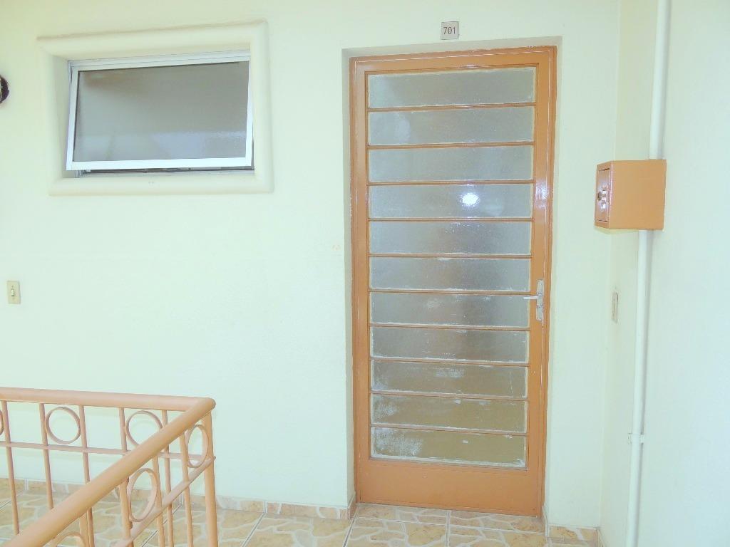 Apartamento 2 Dormitórios na Zona Norte de Porto Alegre. Localizado no sétimo andar (último andar do prédio), o apartamento é ensolarado, com ótima vista sem obstruções e silencioso.  São 2 dormitórios, sala de estar e banheiro social. Cozinha, copa e área de serviço. Apartamento semi mobiliado (com armários em todos os cômodos), recentemente pintado de branco (mais facilidade para você  pintar da cor que preferir), aparelhos de ar condicionado Split na sala de estar (Inverter 12.000 BTUS) e no dormitório. Condomínio com portaria 24h, Circuito de TV, elevador, gás Central e PlayGround. Excelente localização, próximo a serviços, comércio geral e transporte. Cassol CenterLar   Zaffari estão a 5 minutos de caminhada de distância. 1 Vaga de garagem escriturada.