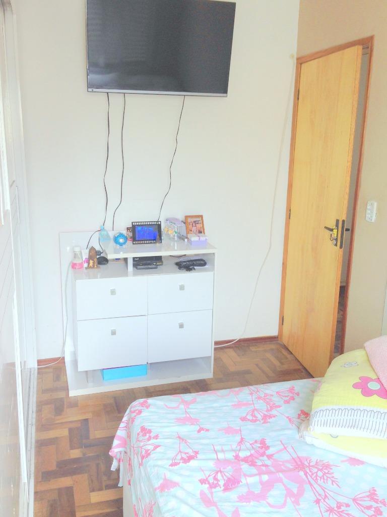 Apartamento de 3 dormitório no bairro Rio Branco, próximo ao Parque Farroupilha. Com living ambiente, 1 banheiro e  cozinha. Apartamento com peças amplas, cozinha e banheiro todos revestidos em azulejo, piso parquet.