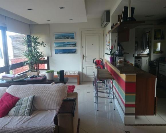 Apartamento 3 dormitórios bairro Rio Branco, próximo a Avenida Ramiro Barcelos. Sendo 2 suite, living ambiente,  cozinha, banheiro,  dependência de empregada 2 vagas. Prédio gradeado, com porteiro eletrônico.