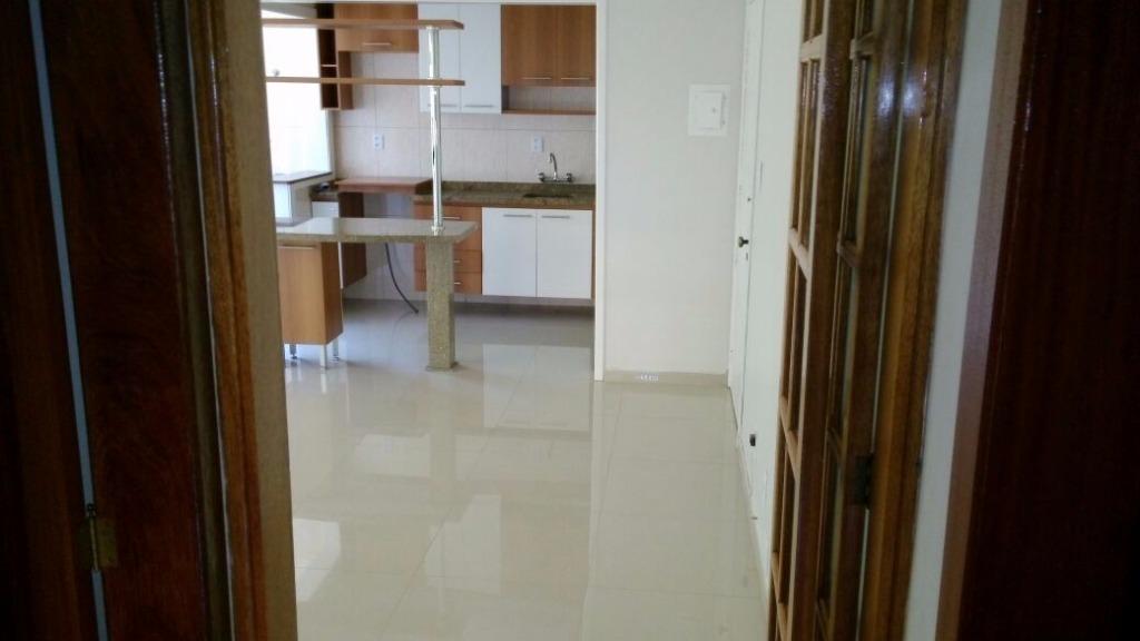 Apartamento na Vila Ipiranga, em Porto Alegre, com 02 dormitórios, sacada, apenas 01 lance de escadas, todo reformado, ficando móveis sob medida da cozinha, banheiro e dormitórios e split. Com 01 vaga fechada. Venha visitá-lo!!!
