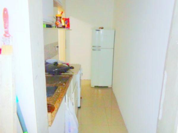 Apartamento no sub-solo com 1 dormitório no bairro Petrópolis, próximo a Avenida Protásio Alves. Sendo 1 living, cozinha, 1 banheiro reformado com box de vidro e área de serviço. Prédio fechado com monitoramento e porteiro eletrônico.