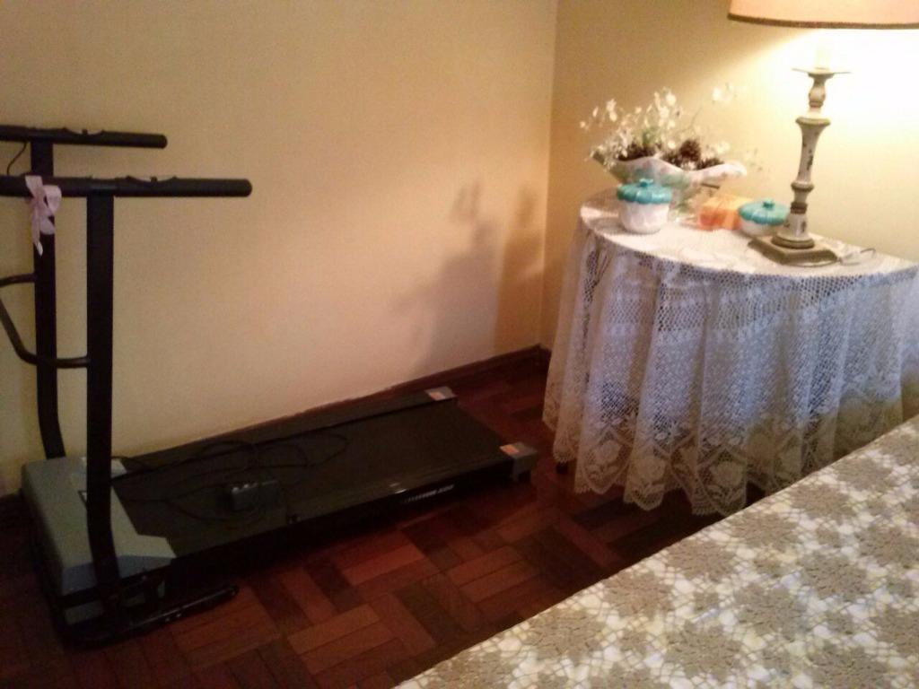 Casa comercial  de 6 dormitórios  no bairro Petrópolis, próximo a Avenida Protasio Alves. Terreno de 9,90 x 26,40 m. Com 6 dormitórios distribuídos da seguinte forma: Térreo, hall de entrada, lavabo, 3 dormitórios, banheiro, cozinha, patio, salão de festas com churrasqueira e lavabo. 1 piso : 3 dormitórios, sendo 1 suite com banheira de hidro, living 2 ambientes com lavabo, banheiro, copa-cozinha e área de serviço. 2 andar: ampla sala com churrasqueira, banheiro e terraço. Tendo 4 vagas com possibilidade de mais vagas. Sendo de 3 andares, rica em área construída com peças amplas. Separado da casa, nos fundos, mais 2 salões. Tudo regularizado pronto para reabrir espaço comercial. Também tendo projeto de se fazer apartamentos cada um com 2 vagas de garagem.