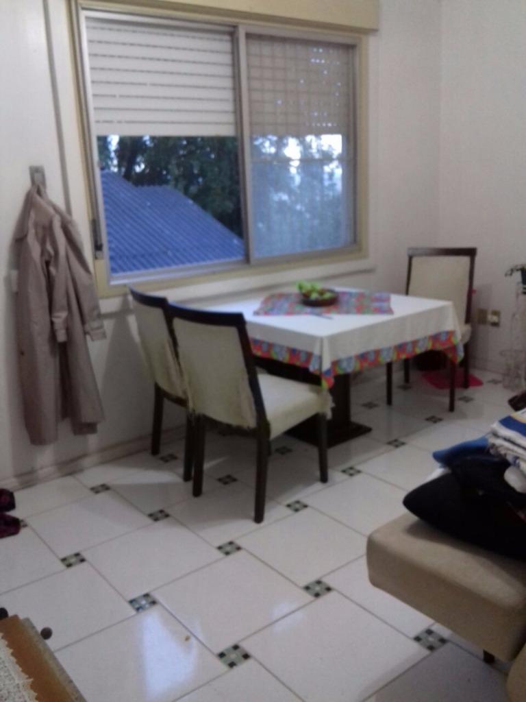 Apartamento  de 01 dormitório no bairro Petrópolis, próximo a Rua Felipe de Oliveira. Em excelente estado de conservação, 2 andar, dois lances de escadas,  junto a Felipe De Oliveira, prédio todo gradeado, ajardinado, iluminado, de fundos, perto a todos os recursos.