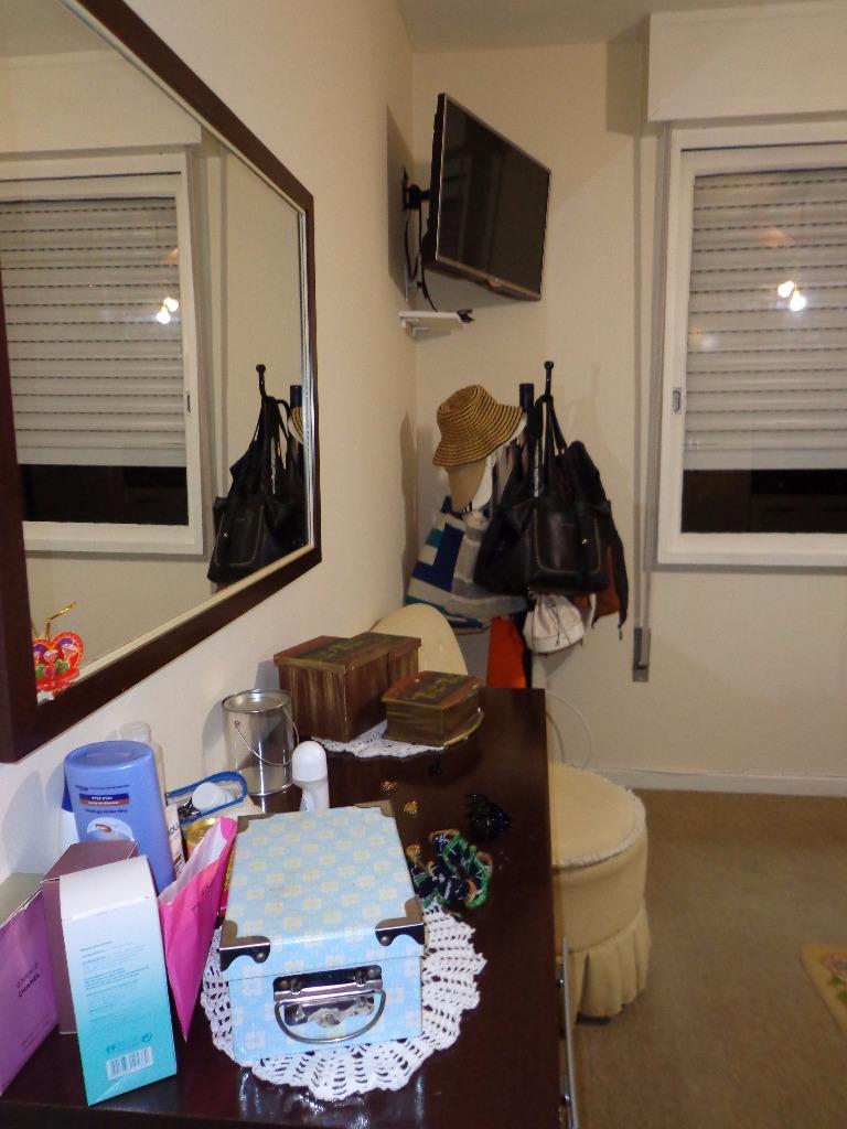 Apartamento 02 dormitórios  no bairro Jardim Botânico, próximo ao Bourbon da Ipiranga em Porto Alegre. Com vaga de garagem. Excelente imóvel, espaçoso (79m), peças bem distribuídas, reformado. Amplo living para dois ambientes, duas janelas, split instalado, piso em porcelanato em toda a área social. Cozinha espaçosa, churrasqueira, área de serviço separada, banheiro auxiliar. Dois dormitórios tamanho casal e banheiro social também totalmente reformado. Móveis sob medida no banheiro e na cozinha Sol Leste e Norte, muito ventilado e silencioso. Dois lances de escada. Vaga de garagem espaçosa (cabe um carro e uma moto). Aceita financiamento e FGTS.