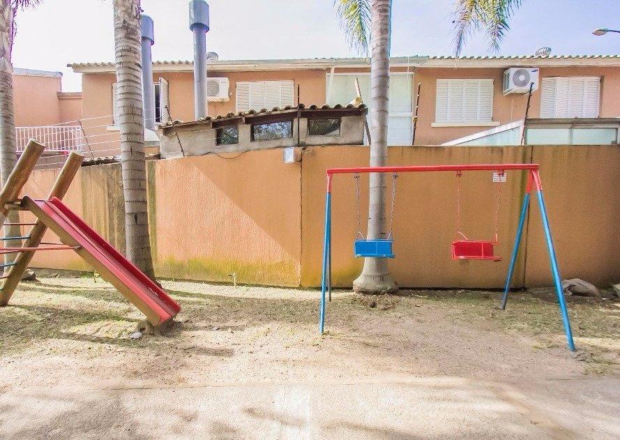 Casa em condomínio no Bairro Jardim Itu Sabará composto 3 dormitórios,1 suite semi mobiliada, amplo living, dois banheiros (suíte e social), cozinha americana, lavanderia e área fechada com churrasqueira. Condomínio com infraestrutura de lazer completa, portaria 24hs, piscina, salão de festas, fitness, quiosque com churrasqueira, quadra de esportes, playground e bosque com trilha.