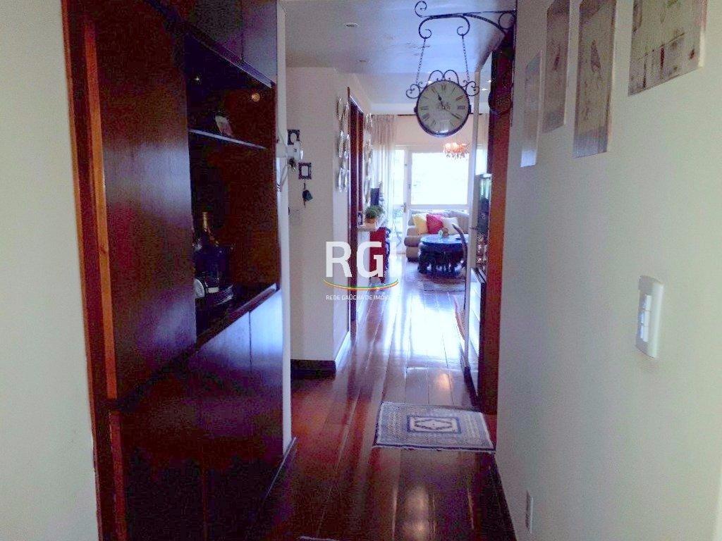 Excelente apartamento de 3 dormitórios, com uma suíte, sala dois ambientes, com sacada, cozinha , lavanderia e dependencia de empregada, uma vaga de garagem coberta e escriturada. Portaria 24h, predio bem conservado.