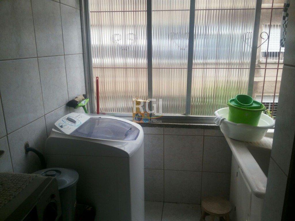 Apartamento com 2 dormitórios, living 2 ambientes, cozinha, área de serviço, banheiro social e vaga de garagem.