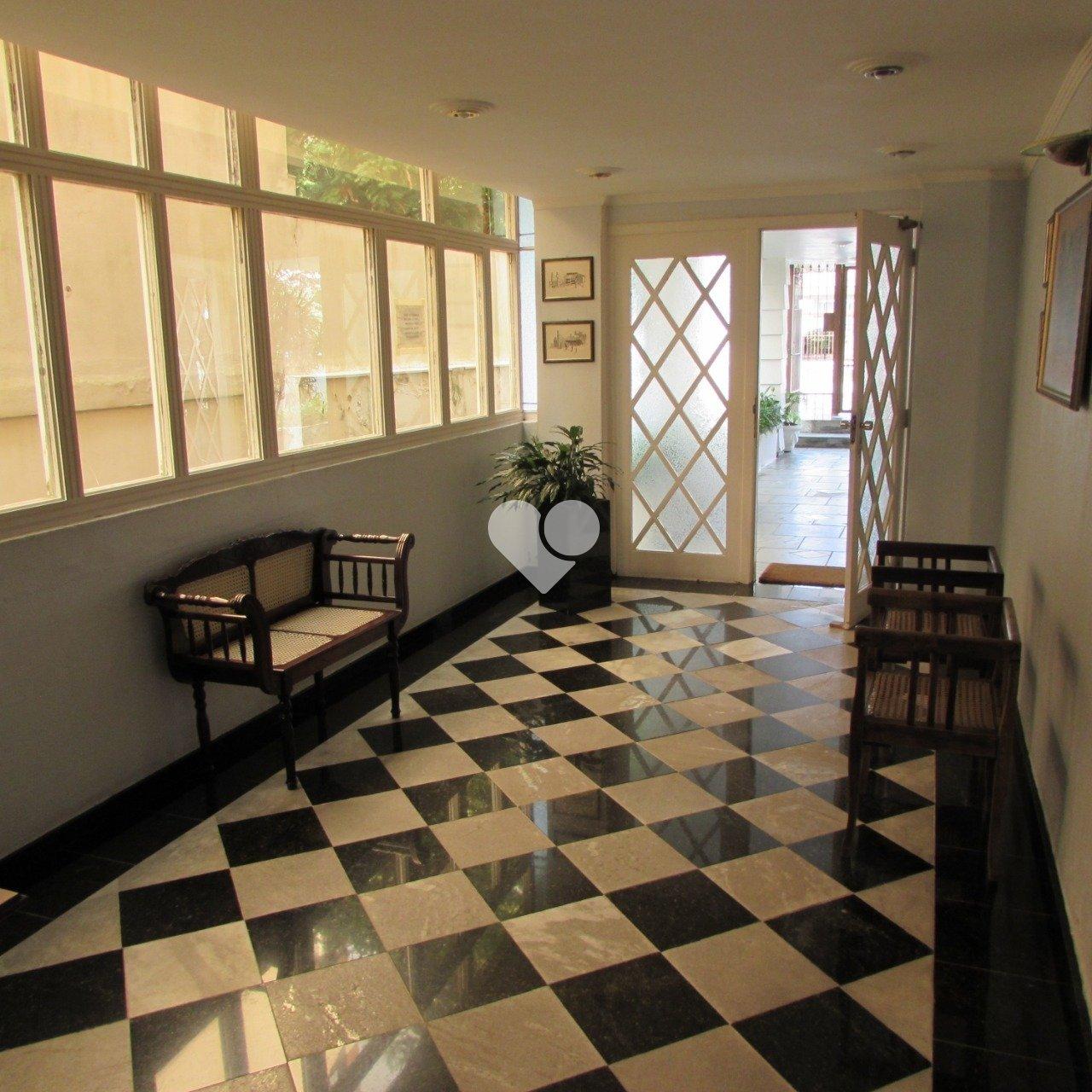 Lopes Petrópolis vende: sala ampla, 03 dormitórios, suíte, banho social, cozinha e lavanderia. A sala tem piso frio, prédio com zelador e elevador. Frente e com garagem. Próximo a todas as conveniências do bairro.