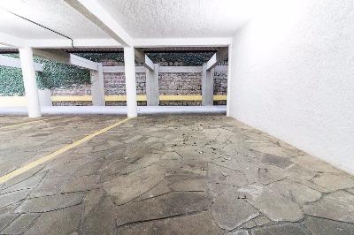 Cobertura com 347 m privativos, 1 andar 3 dormitórios, sendo 1 suíte, living amplo para 2 ambientes com vista para o Guaíba, lavabo e cozinha. 2 andar espaçoso ambiente social com lareira e churrasqueira e terraço com piscina e maravilhosa vista para o Guaíba. 2 vagas de garagem. Prédio com salão de festas e portaria 24H. DAÇÃO.