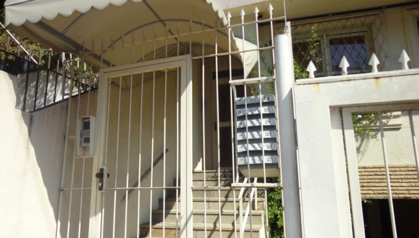 Apartamento  com 3 dormitórios, suíte, Bairro Rio Branco, Porto Alegre, living com jantar e estar, lavabo, cozinha/copa, ampla área serviço, 2 despensas, piso em parquê impecável. Sem elevador. Dois lances de escada. Próximo ao Parcão, Super mercado. Uma vaga de garagem.