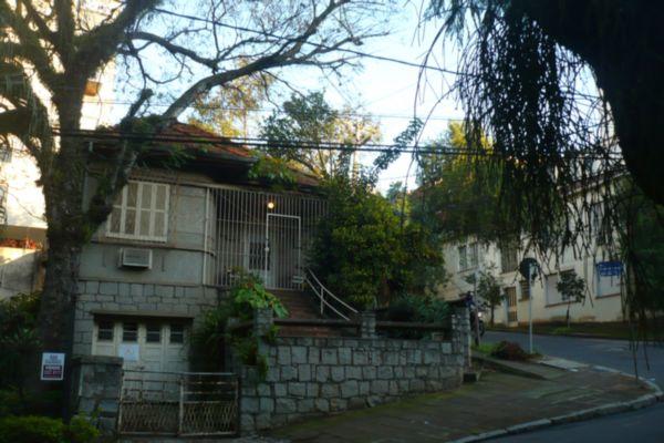 Ótimo terreno no bairro Petrópolis, localizado em importante lugar da cidade. Fica entre as ruas Passo da Pátria e rua Cabral. Tem 9,90, de testada por 30,80de profundidade.*Existe casa antiga no local.*LIGUE E AGENDE SUA VISITA!!!