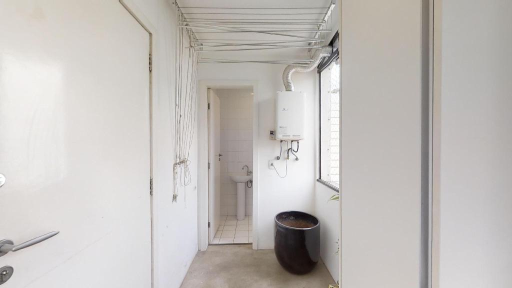 Lavanderia e banheiro de empregada