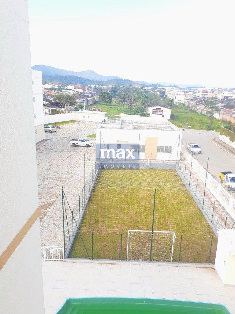 Vista privilegiada do campo de futebol, piscina e entrada do condomínio.