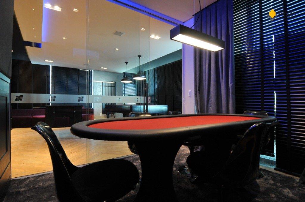 Mesa de Poker na Sala de Jogos