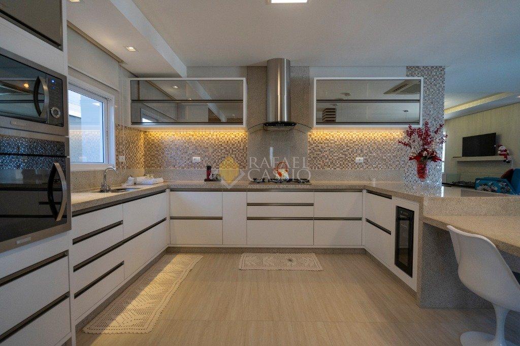 Cozinha ampla com bancadas em mármore