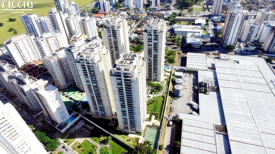 Condomínio Clube de alto padrão no Jardim Aquarius, o melhor bairro de São José dos Campos. Formado por 4 torres distribuídos em mais de 15 mil m² de terreno, está localizado em uma rua sem saída, praticamente privativa.  A área de lazer é completa, com mais de 30 itens, incluindo piscina coberta e aquecida com raia de 25m, piscina adulto e infantil, academia, salões de festas e de jogos, churrasqueiras, quadras poliesportiva e de tênis, etc. O empreendimento é formado por apartamentos tipo de 116m² e 143m² e coberturas duplex de 216m² e 262m².'