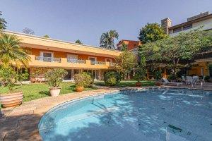 Linda Casa com Jardim Maravilhoso em Cidade Jardim