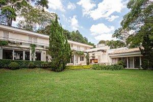 Casa com Amplo Verde na Cidade Jardim