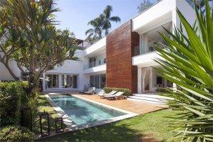Casa Contemporânea em Rua Fechada