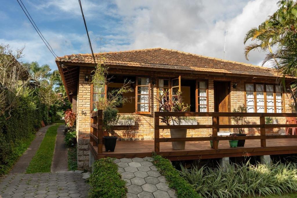 Prédio Comercial  11 Dormitórios  2 Suítes  8 Vagas de Garagem Bairro Sambaqui em Florianópolis SC